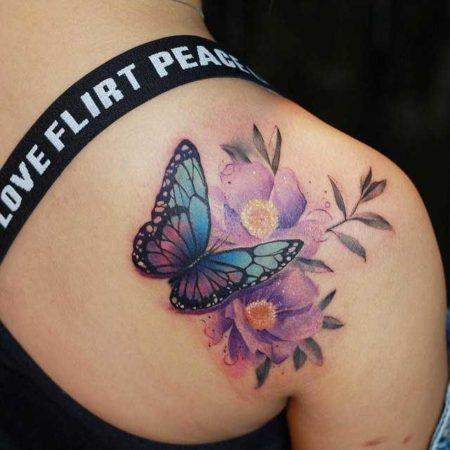 женские тату бабочка плечо