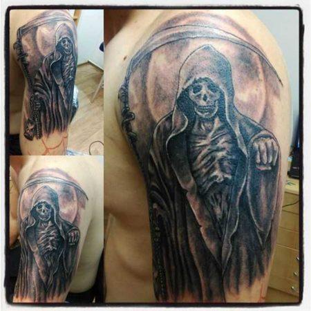 Смерть с косой тату на плече