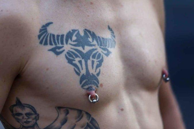 Голова быка тату на груди