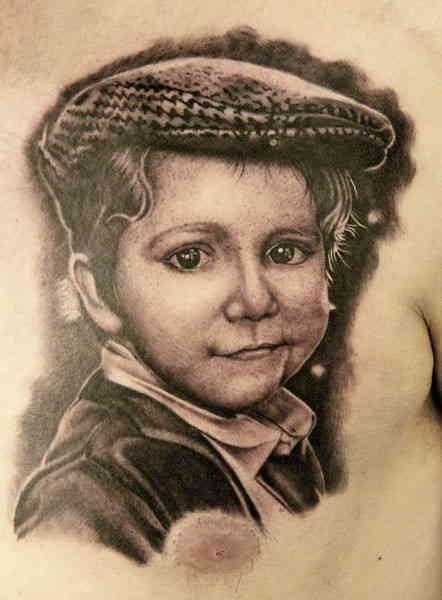 Портрет мальчика на груди тату