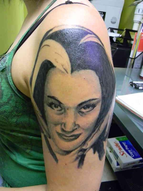 Портретное тату на плече