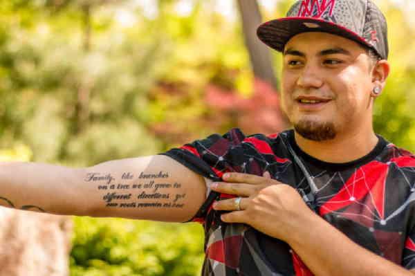 Маленькие тату на руке, надпись