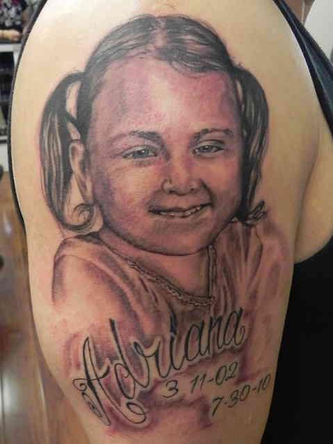 Портрет девочки тату на плече