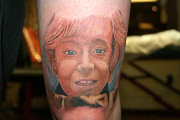 Портретное тату на бедре