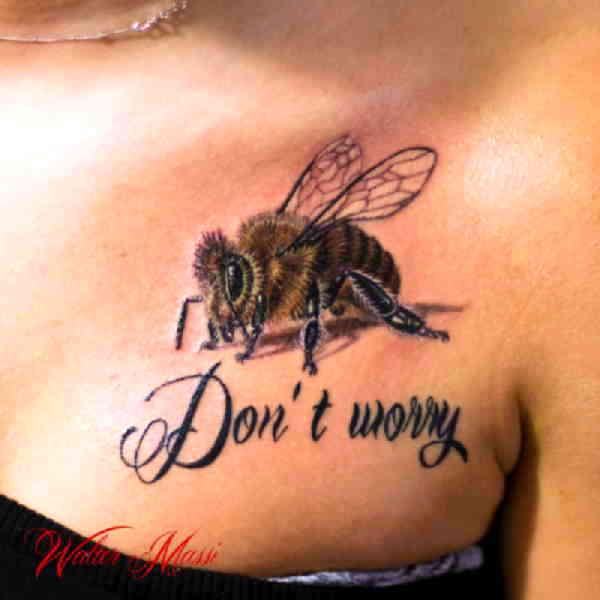 Пчела на груди тату