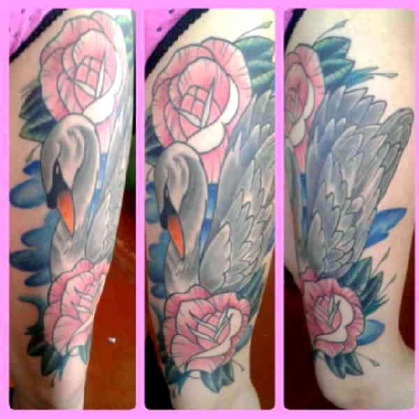 Лебедь с розами тату
