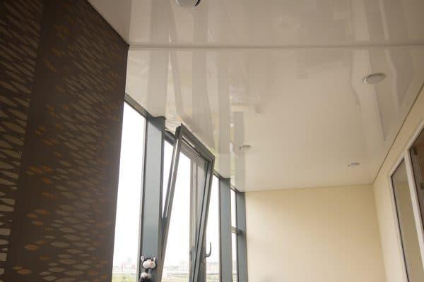 natyazhnoj-potolok-na-balkone-12