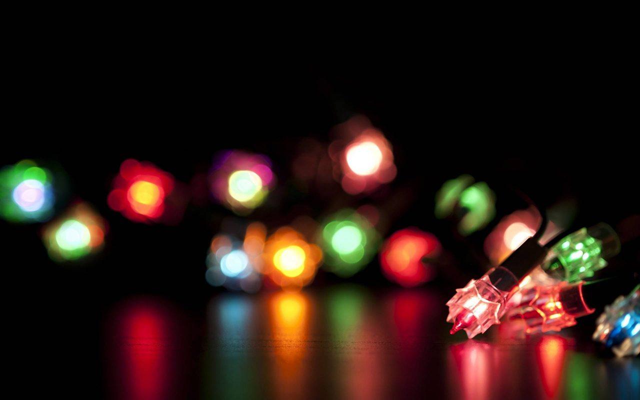 Jak szybko i bezpiecznie zamontować świąteczne lampki na rynnie?