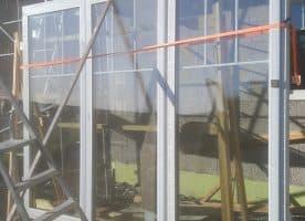 Fenster mit weißem Rahmen und im oberen Teil mit Sproßen 3fach verglast