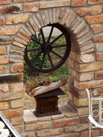 Antik Rundbogen Torbogen Sturz historische Bauelemente Ziegel geschnitten Ruinenmauer Garten