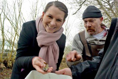 Mette Abildgaard ser på vandløb