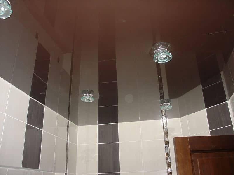 натяжной зеркальный потолок в ванной
