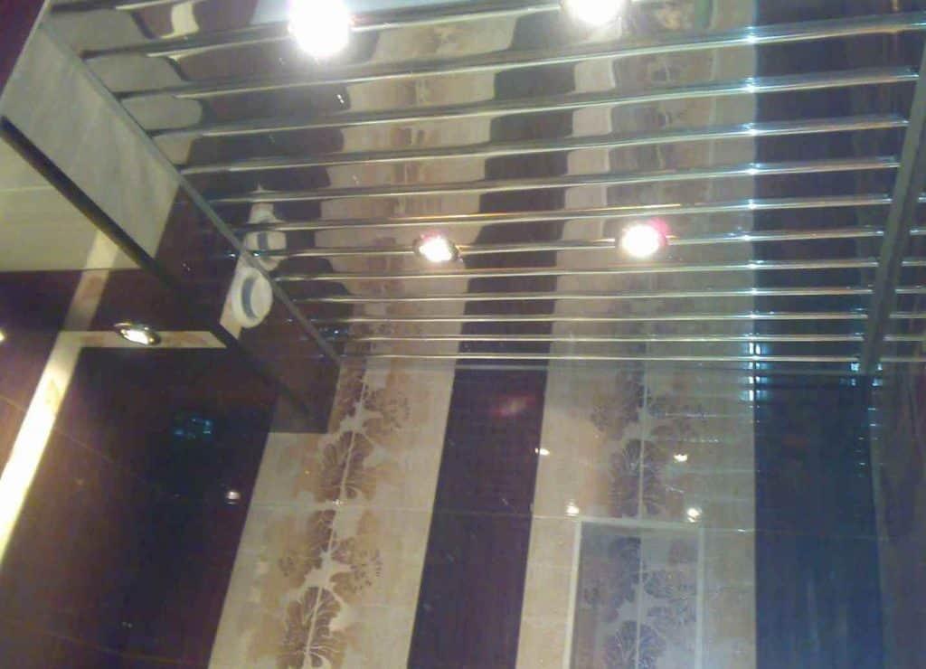 реечный зеркальный потолок в ванной