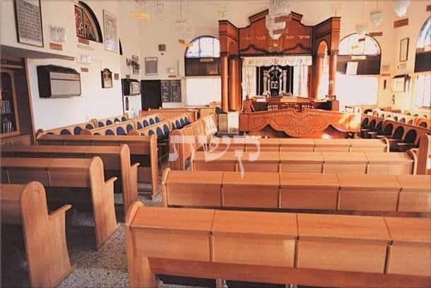 בית כנסת שערי ניסים, ראשון לציון- קשת רהיטי עץ ומתכת