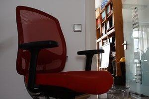 Bürostühle, Lehne, rote Farbe, Sitzplatz, Drehstuhl, Armablage, Lichtschalter, Holzregal, Glastür,