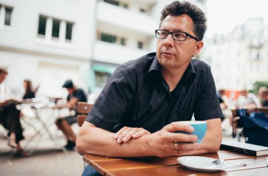 Portrait Köln-Portraitfotograf Köln-Lifestyle-Künstlerportrait Fotograf-Portraitfotograf Köln-Vera Prinz-Cafe Schmitz-Kaffeehaussitzer