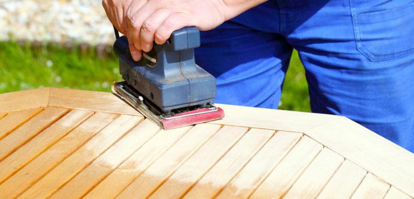 Wenn Sie einen Tisch restaurieren, müssen Sie meist auf das Holz abschleifen