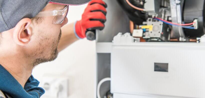 Mann repariert die Gasheizung