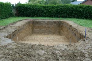 Der Poolbau beginnt mit dem Aushub.