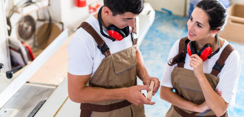 Zwei Lehrlinge bei ihrer Ausbildung im Handwerk.