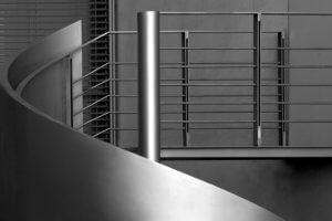 Das Treppengeländer einer Stahltreppe