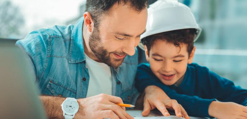 Ein Vater in Teilzeitausbildung mit seinem Sohn.