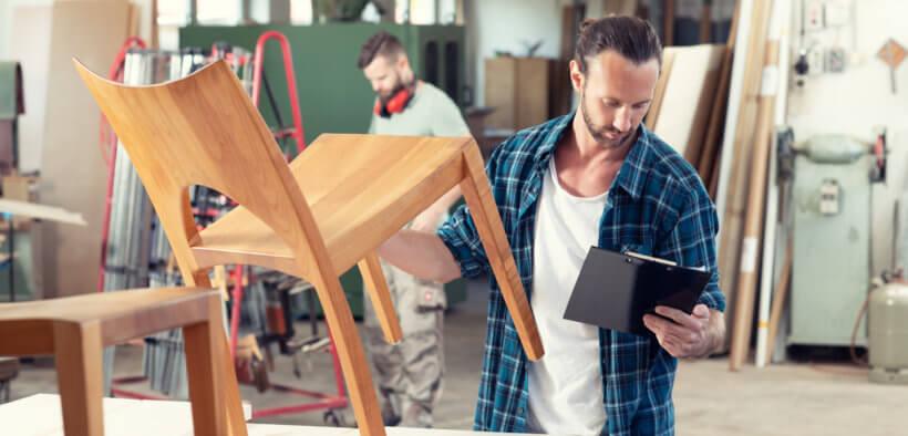 Die Tischler Preise für einen von ihm gefertigten Holzstuhl.