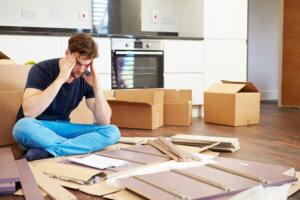Mann verzweifelt beim Möbelaufbau