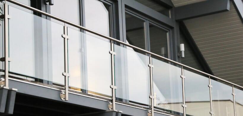 Die Geländerhöhe des Balkons dient vor allem der Sicherheit.