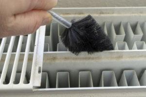 Mit einer Bürste lassen sich die Zwischenräume der Heizung reinigen.