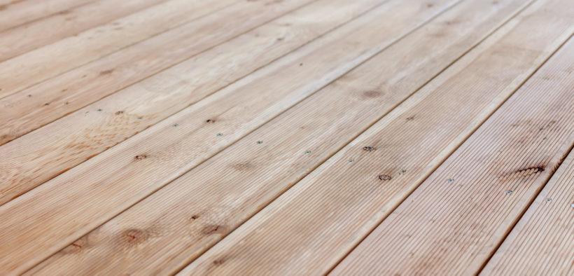 Bearbeitetes Lärchenholz als Bodenbelag.
