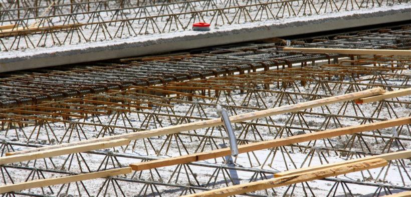 Elementdecke: Filigrandeckenplatten auf einer Baustelle.