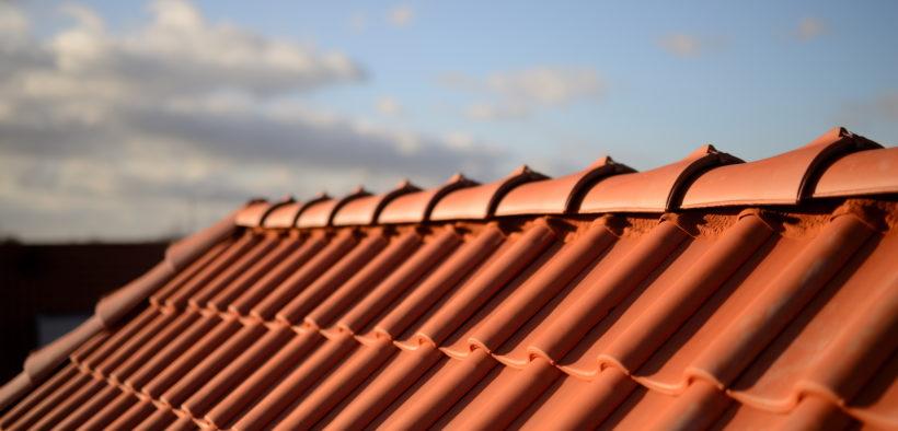 Mit Dachpfannen eingedecktes Dach.