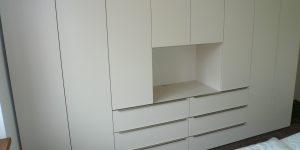 Vybavení ložnice – šatní skříň a noční stolky