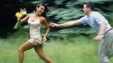 Dit kvinnor går, följer män efter