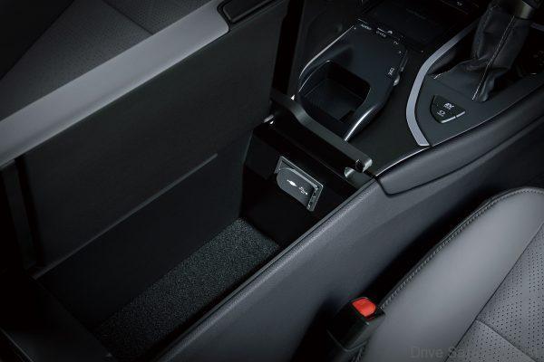 Lexus UX 200 SUV_2020 Model front seats power outlet