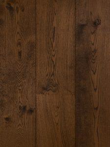 Warme geschaafde bruine houten vloer met prachtige nerfstructuur