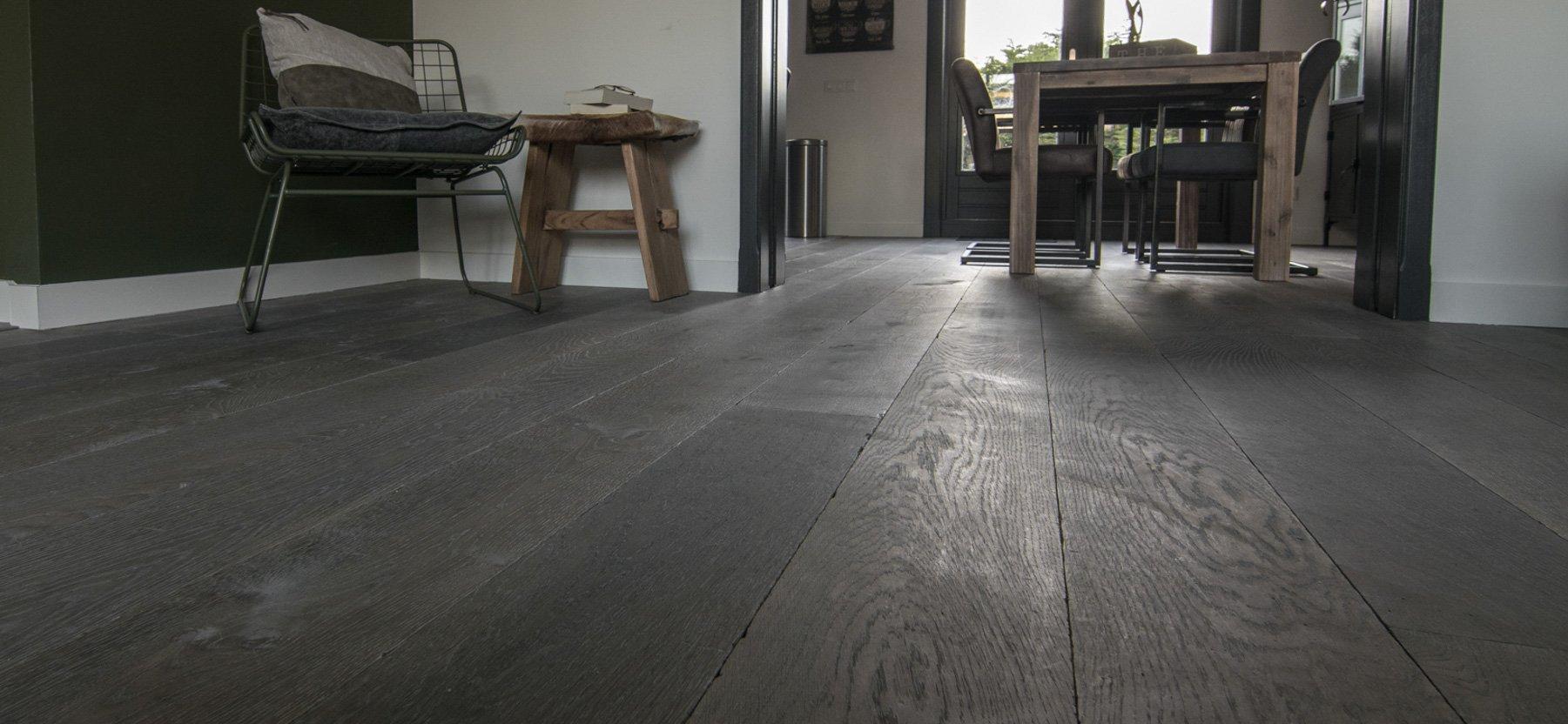 Grijze houten vloer in woonkamer