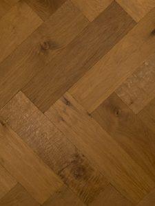 Deze tapis visgraat vloer is verouderd en geschaafd