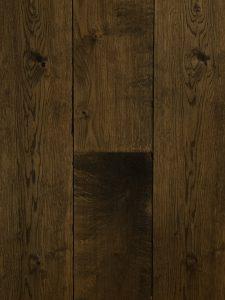 Deze lamelparket vloer is gebeitst en donker geolied