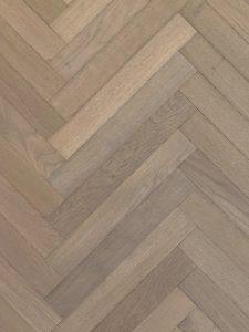Deze grijze visgraat vloer is van semi tapis en is geschikt voor vloerverwarming