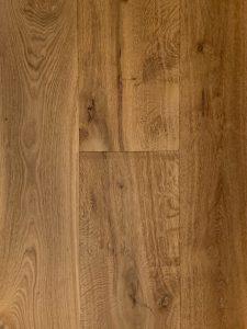 Deze licht bruine oude planken vloer heeft verschillende plank breedtes.