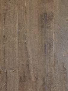 Deze oude planken vloer bevat scheuren en heeft een authentiek karakter
