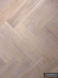 Deze eiken visgraat vloer is met een witte olie afgewerkt.