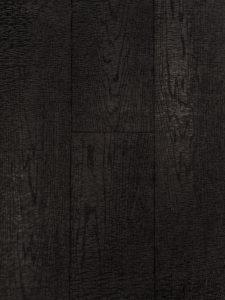 Deze zwarte eiken vloer is bezaagd en heeft hierdoor zichtbare zaagstrepen