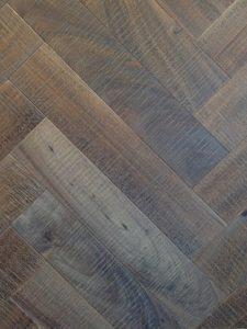Deze bezaagde eiken visgraat vloer heeft planken van 12cm breed en 60cm lang.