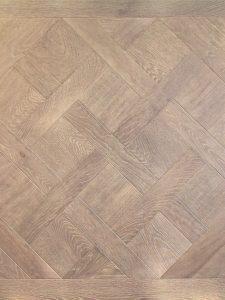 Deze licht grijze Versailles vloer is geschikt voor op vloerverwarming.