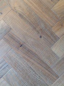 Deze visgraat vloer is van de hoogste kwaliteit notenhout gemaakt.