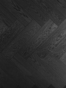 Zwarte eiken visgraat vloer geschikt voor vloerverwarming