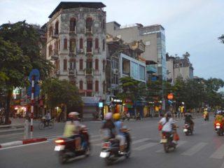 Viaggio in Vietnam in agosto - Motorini e case corridoio ad Hanoi